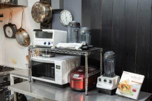 オーブン、レンジ、炊飯器、ジューサー用意しております。