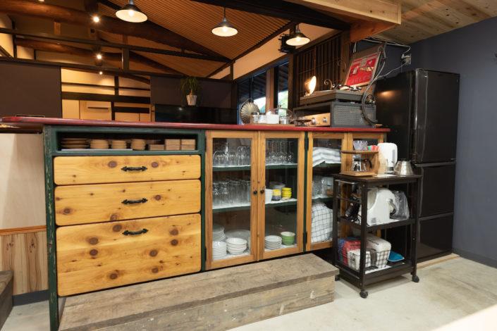 カウンター下に食器を備えております。