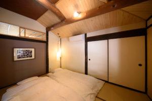 主寝室には最大3枚の布団がひけます。