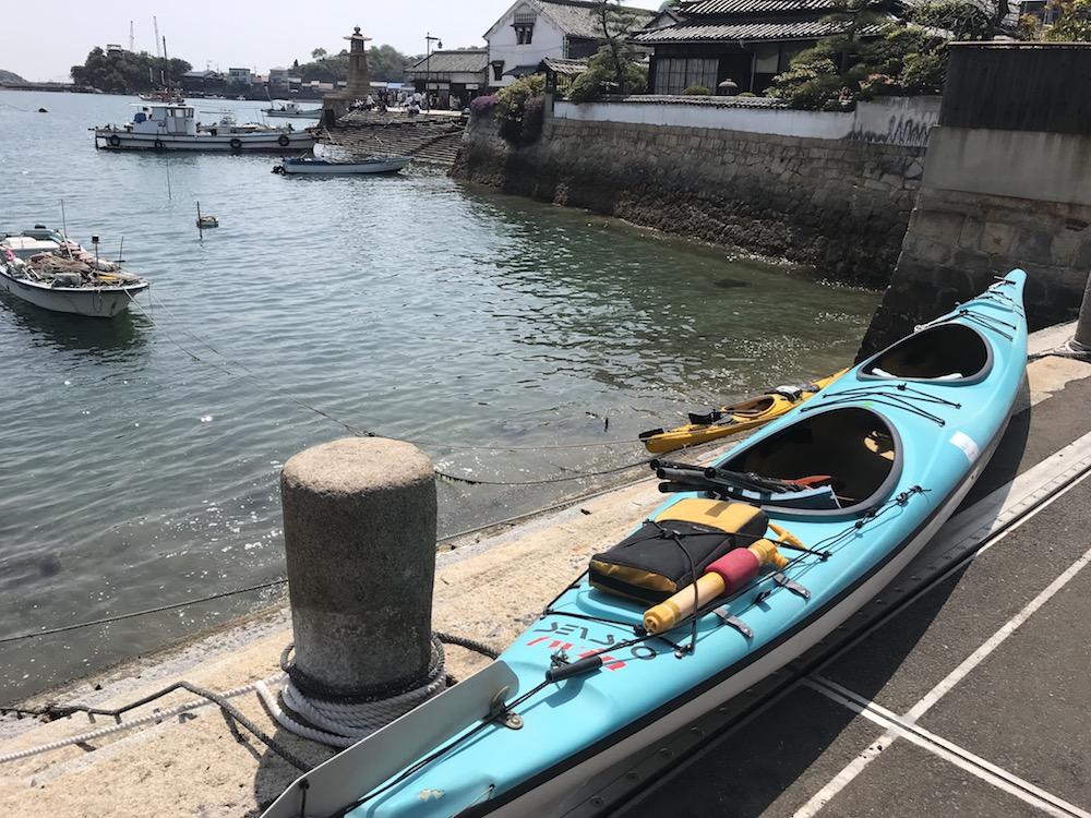 シーカヤックに乗って海上から臨む日本遺産